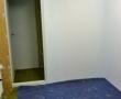 Anschließend Wände und Decke tapeziert und gestrichen